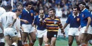 Au rugby l'arbitre a toujours raison. Même quand c'est un guignol corrompu vêtu comme un Arlequin.